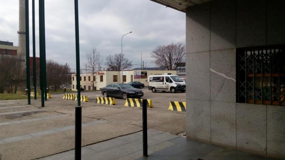 Primapůjčovna výstup z metra Nádraží Holešovice